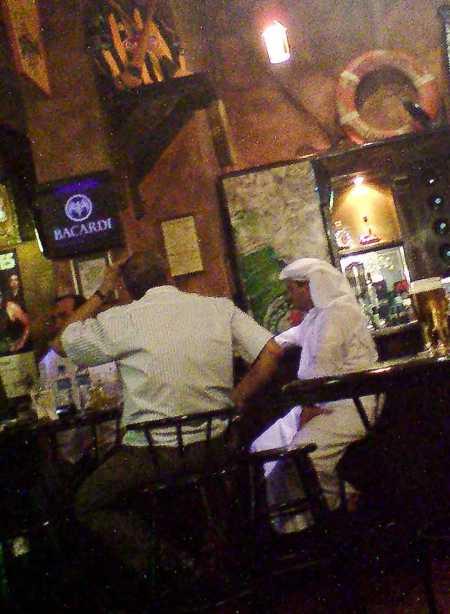 Pengunjung pub di Bahrain