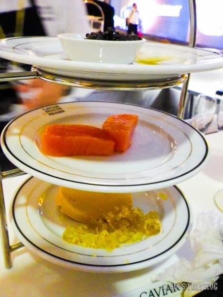 3 tier tray, menyajikan caviar paling atas, ikan salmon mentah di tengah dan fish pate paling bawah