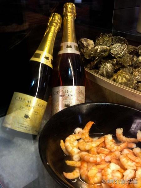 Pengujung seafood bar yang lain melengkapi gaya makan mereka dengan champagne