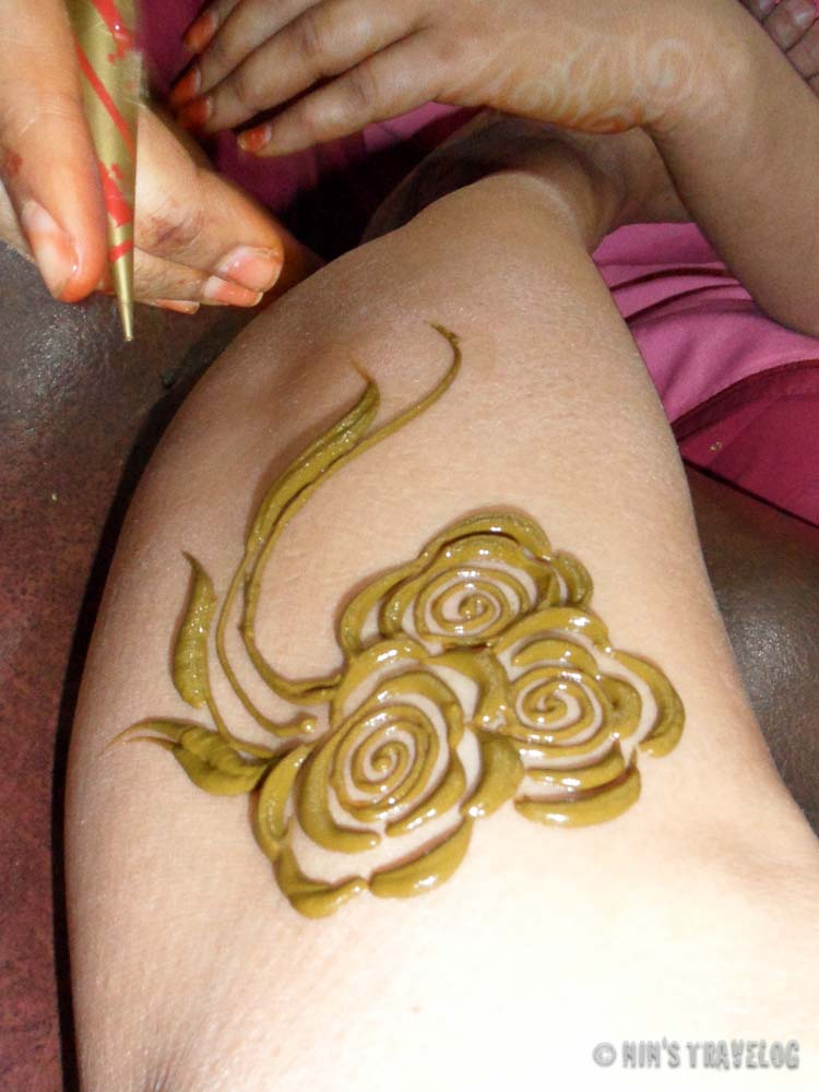 In a few minutes the artist at the salon manage to do this with a simple tube that contain henna paste.