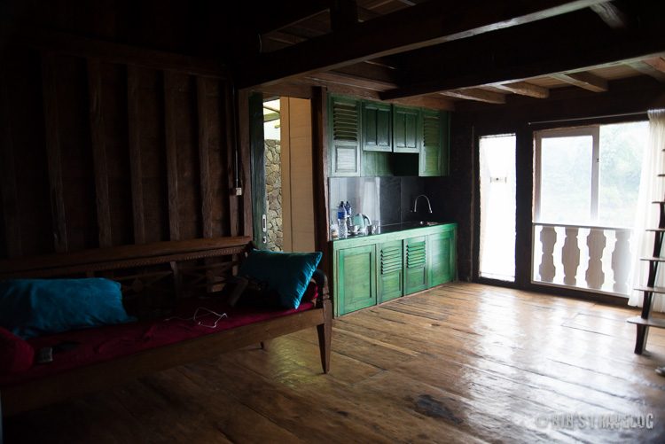 Ruang bersama, termasuk didalamnya bale untuk duduk dan nonton TV, pantry, dengan fasilitas peralatan minum teh yang tidak cukup untuk 6 orang